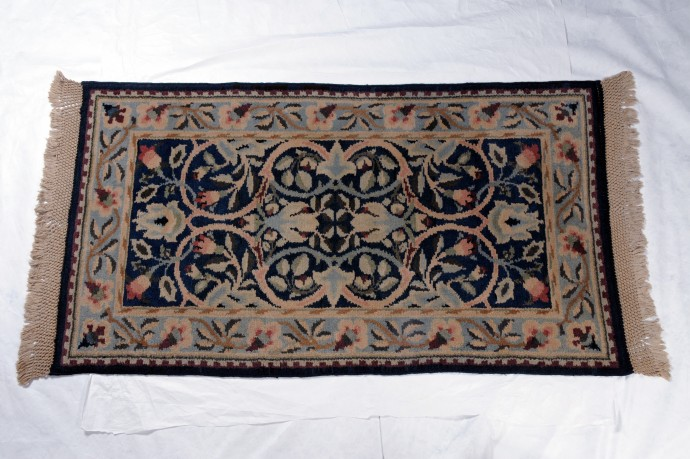 Hand-knotted 'Hammersmith' rug with fringe